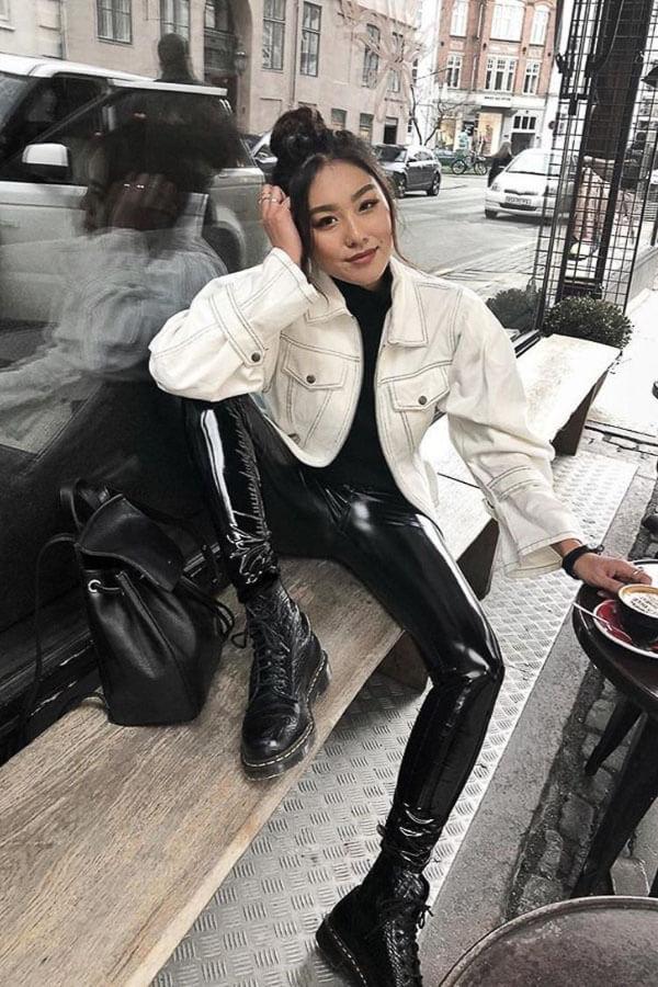 белая джинсовая куртка с кожаными штанами