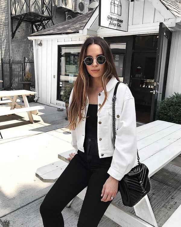 белая джинсовая куртка с черными джинсами