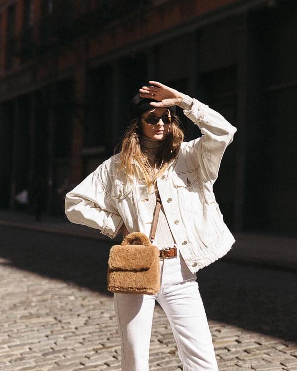 белая джинсовая куртка с меховой сумкой