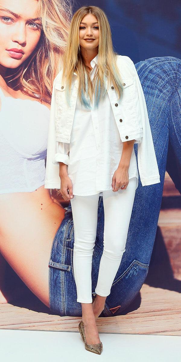 белая джинсовая куртка с белой рубашкой и белыми джинсами