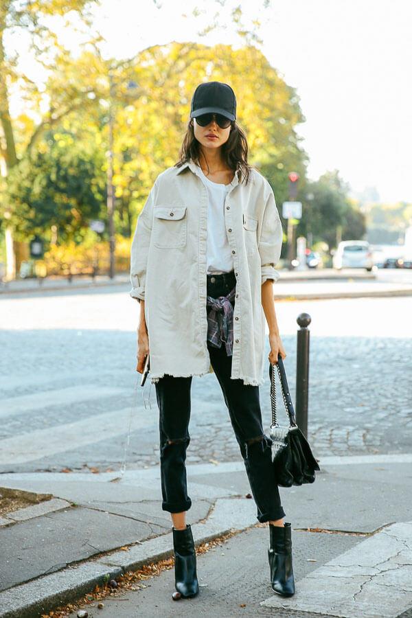 белая джинсовая куртка с кепкой