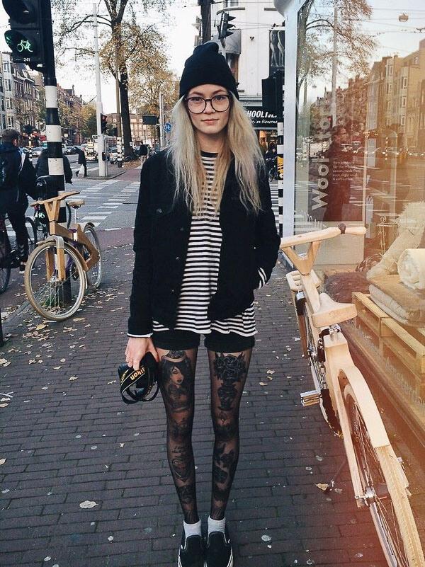 черная джинсовая куртка с шапкой
