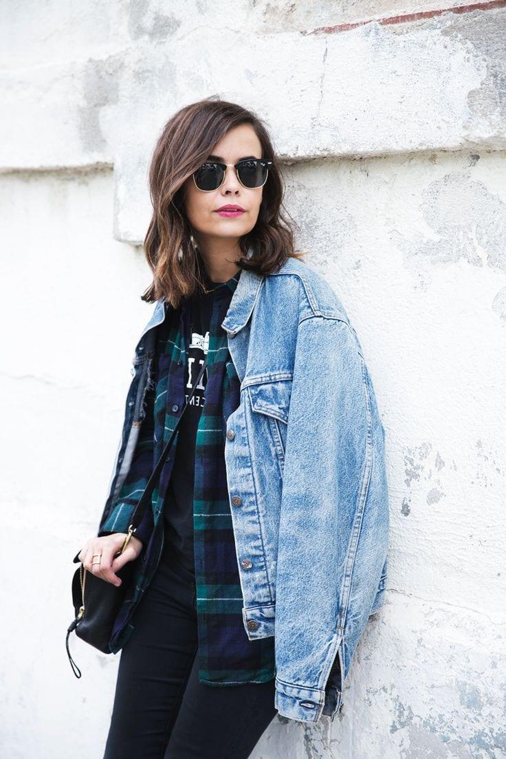голубая джинсовая куртка с рубашкой