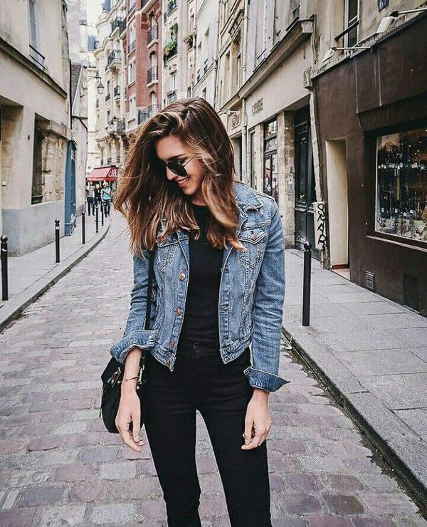 голубая джинсовая куртка с черным
