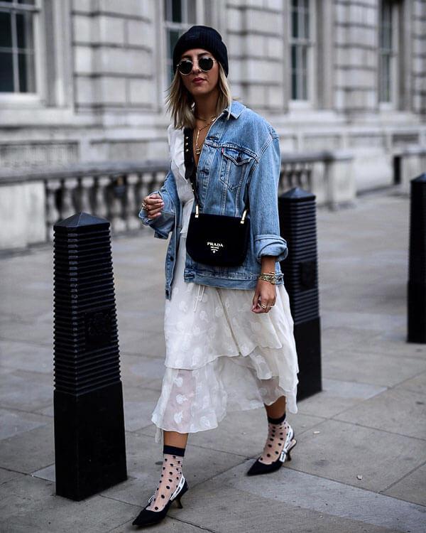 голубая джинсовая куртка с белым платьем