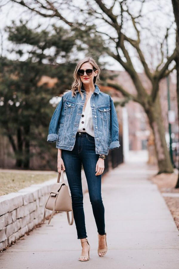голубая джинсовая куртка с джинсами на каблуках