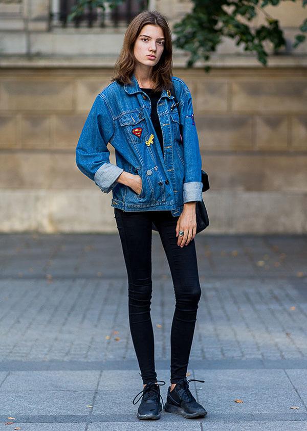 джинсовая куртка с кроссовками