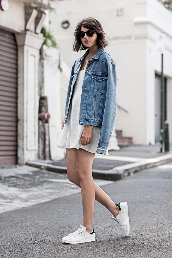 джинсовая куртка с белыми кроссовками