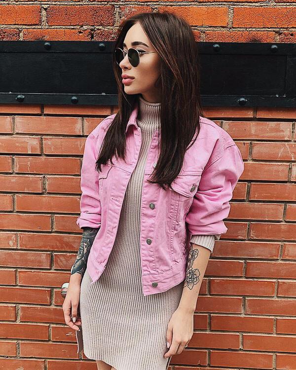 джинсовая куртка розовая с платьем