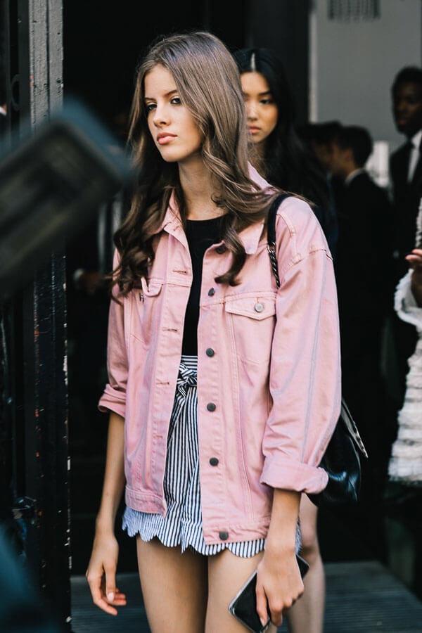 джинсовая куртка розовая как носить