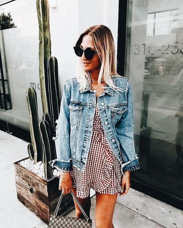 джинсовая куртка с платьем в горох