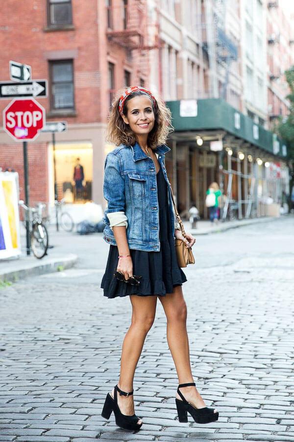 джинсовая куртка с платьем и каблуками