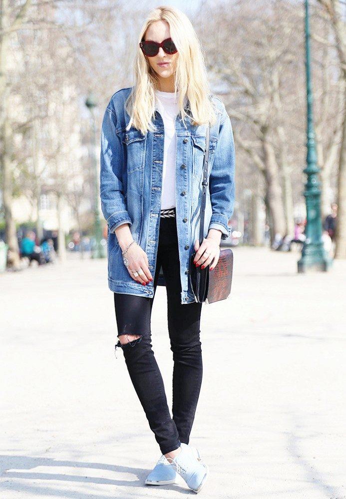 голубая джинсовая куртка с рваными джинсами