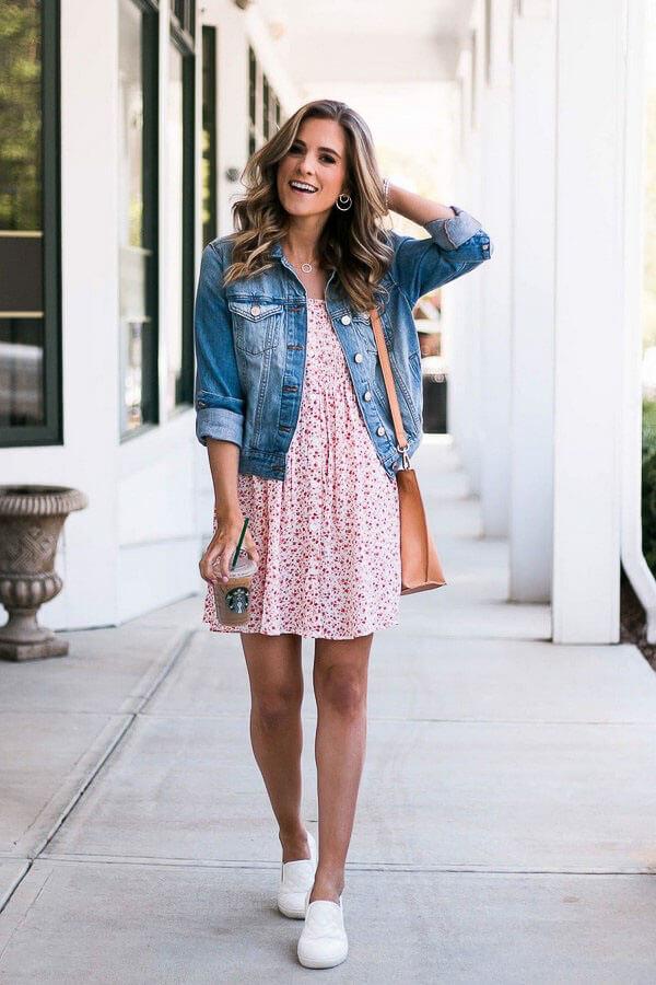 джинсовая куртка с розовым платьем