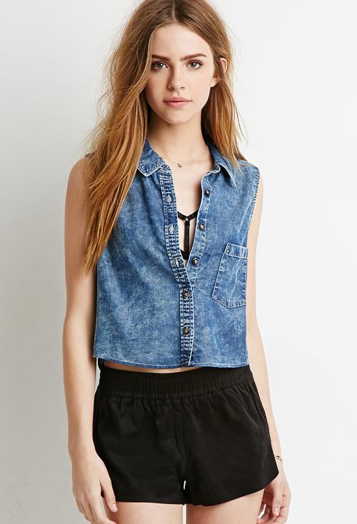 с чем носить джинсовую рубашку без рукавов с шортами