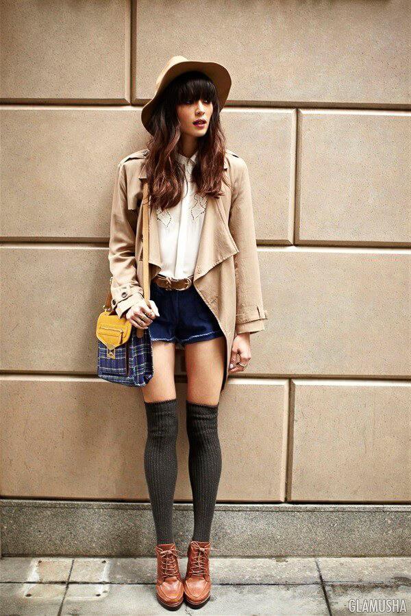 гетры сбежевым пальто и коричневыми ботинками