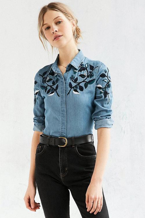 голубая джинсовая рубашка с нашивками