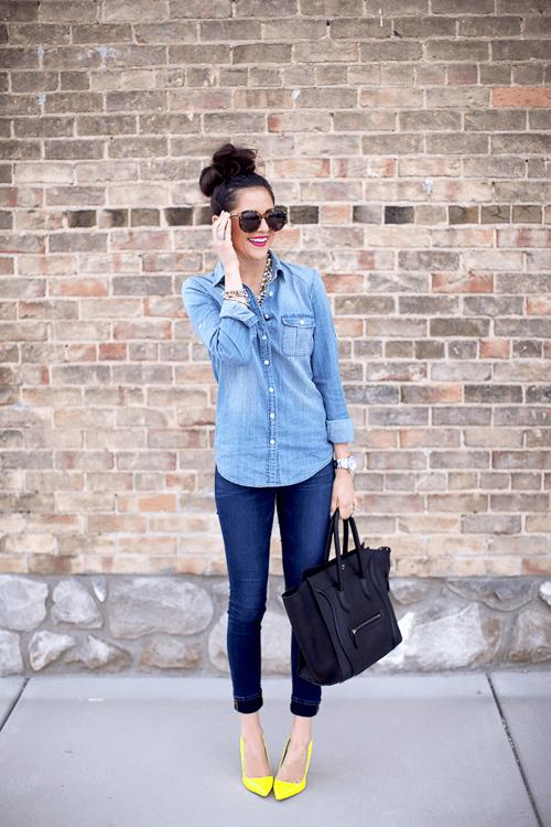 с чем носить голубую джинсовую рубашку с джинсами