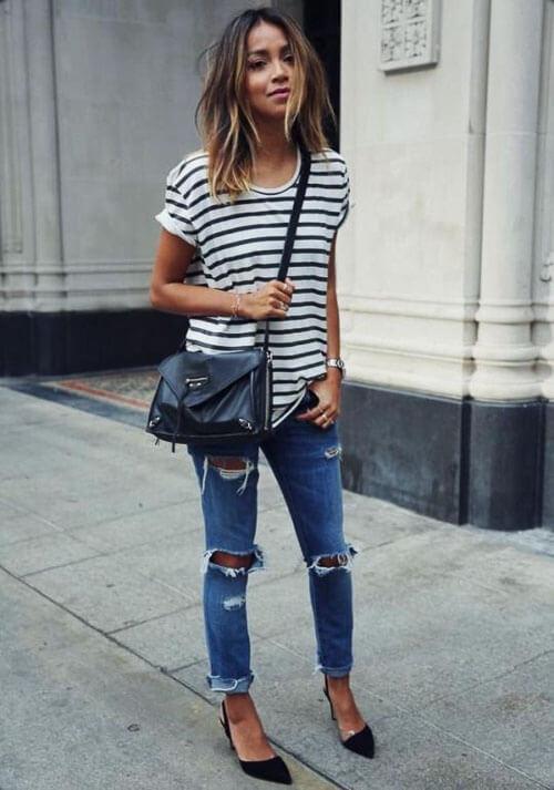 Рваные джинсы летом с футболкой в полоску