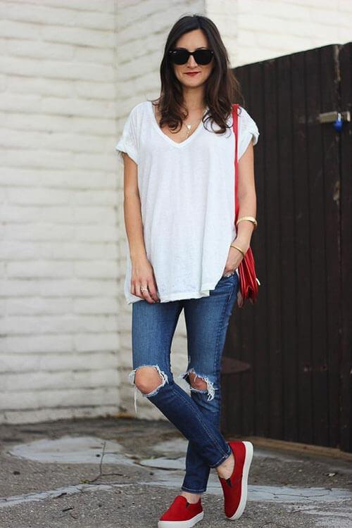 Рваные джинсы летом с белой свободной футболкой