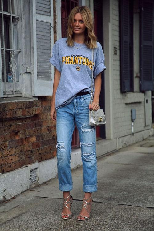 Рваные джинсы летом с голубой футболкой