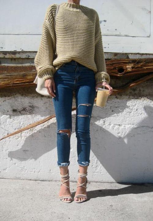 Рваные джинсы с бежевым свитером