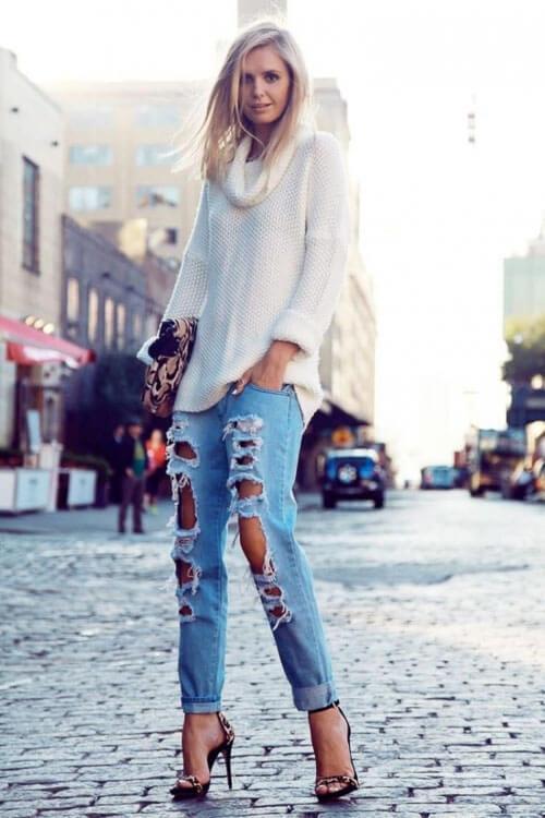 Рваные джинсы с белым свитером