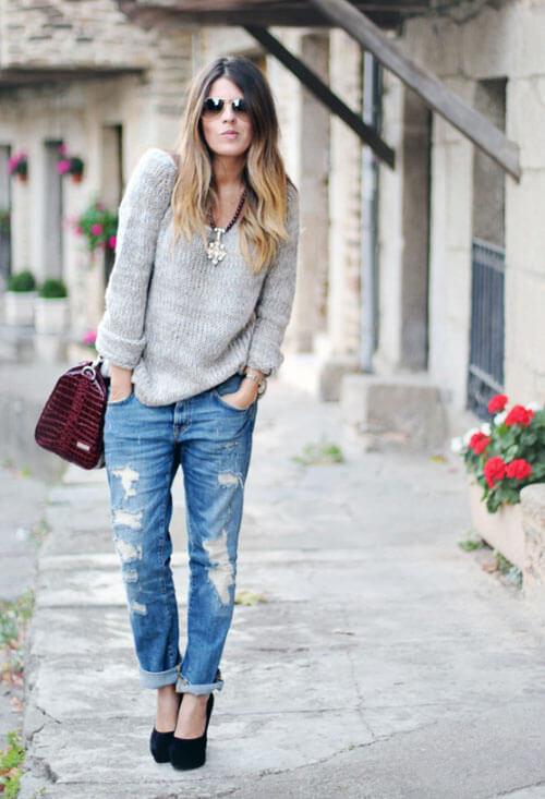 Рваные джинсы с серым свитером