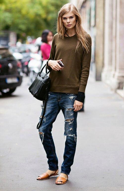 Рваные джинсы с зеленым свитером