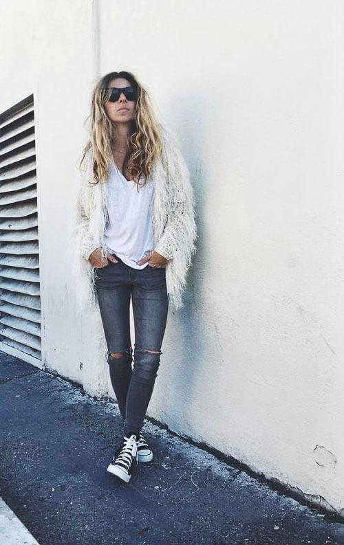 Серые рваные джинсы с белым пушистым свитером