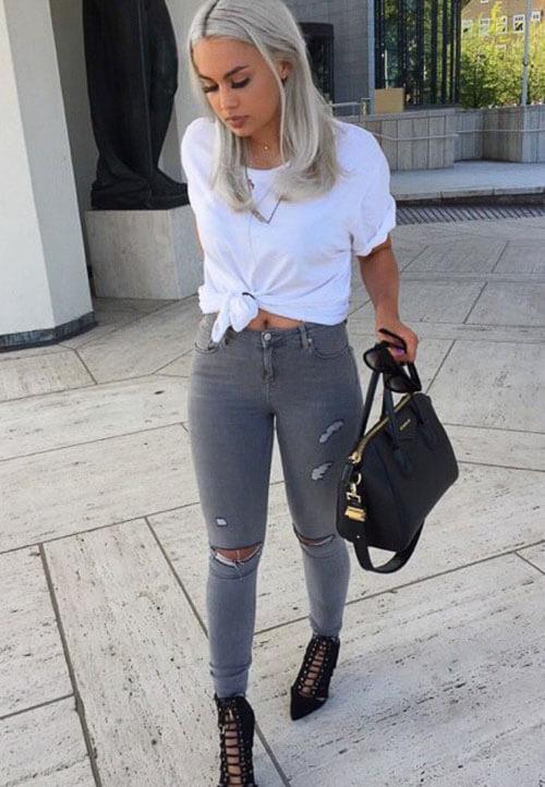 Серые рваные джинсы с белой футболкой