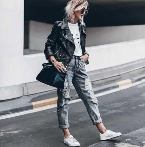 Серые рваные джинсы с косухой