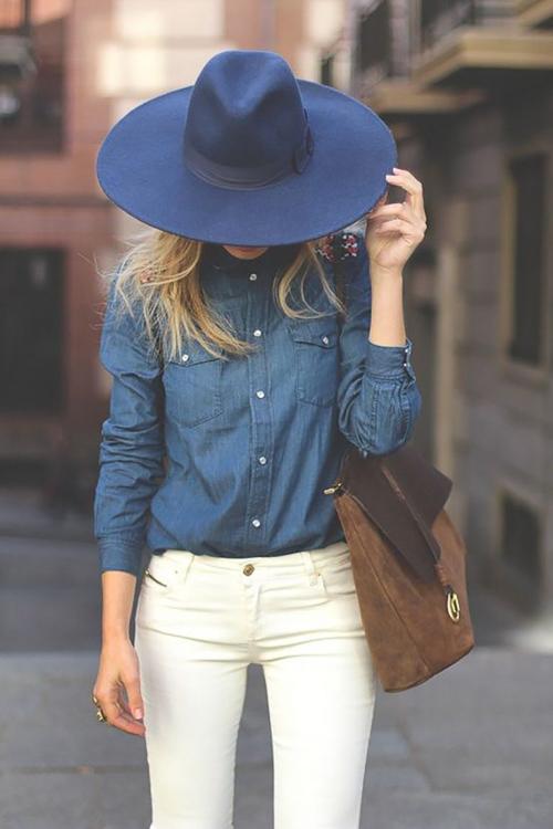с чем носить синюю джинсовую рубашку и белые джинсы