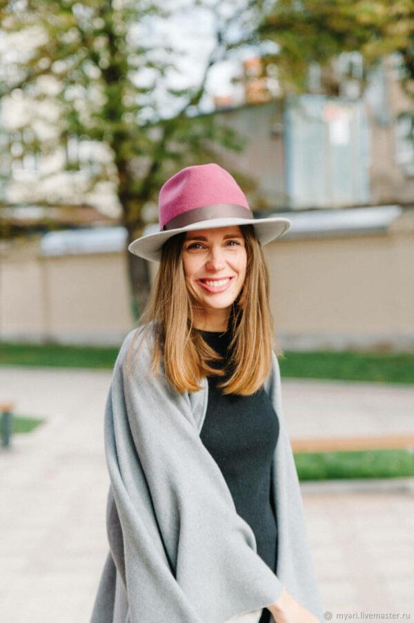 с чем носить шляпу федора фетр розовая с серым свитером