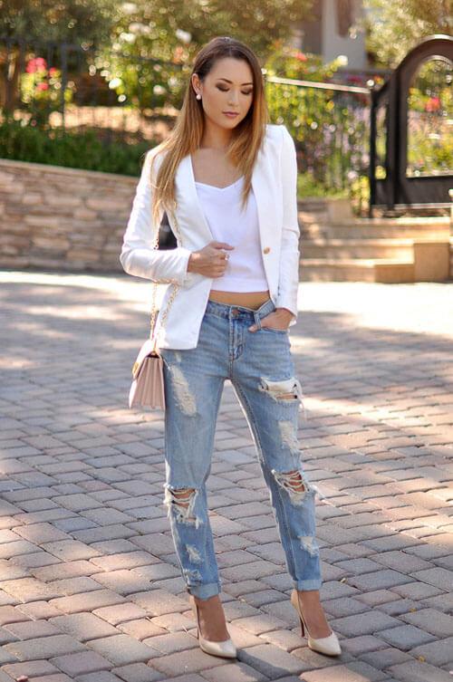С чем носить укороченные рваные джинсы с белыми свитерами