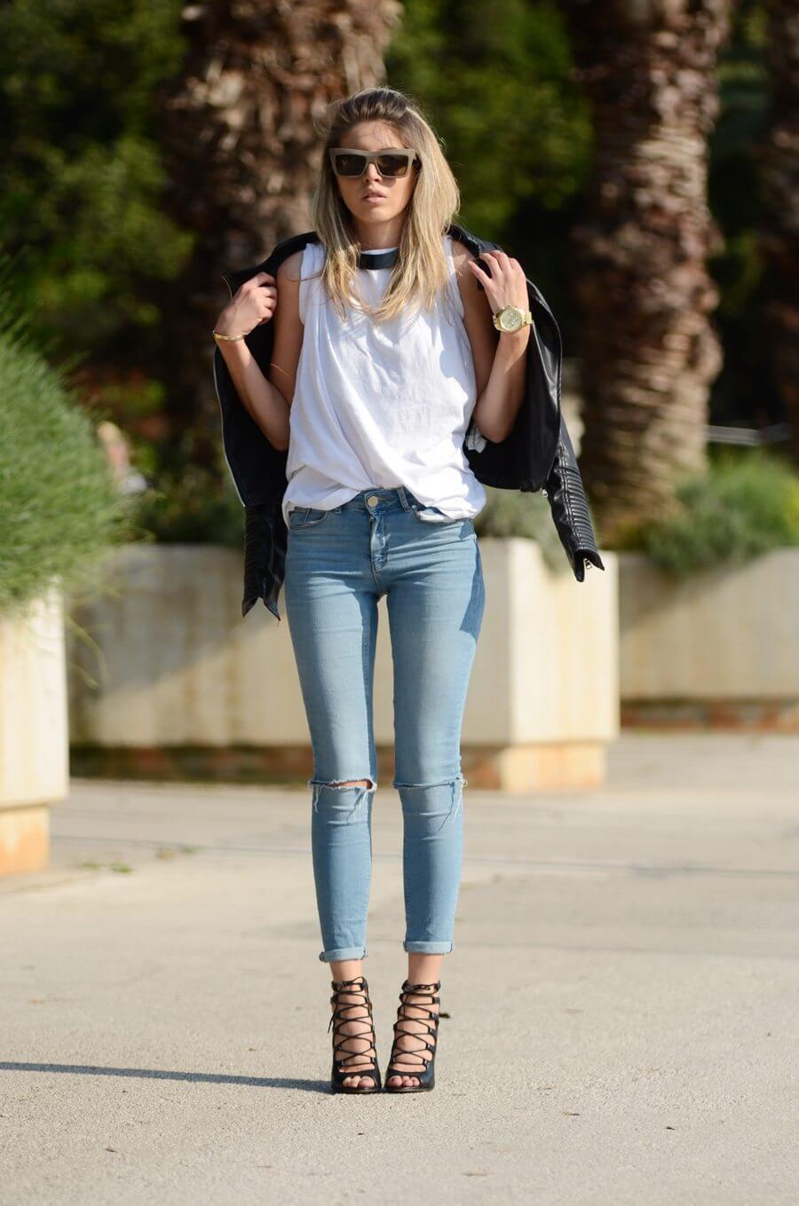 Укороченные рваные джинсы с белой рубашкой