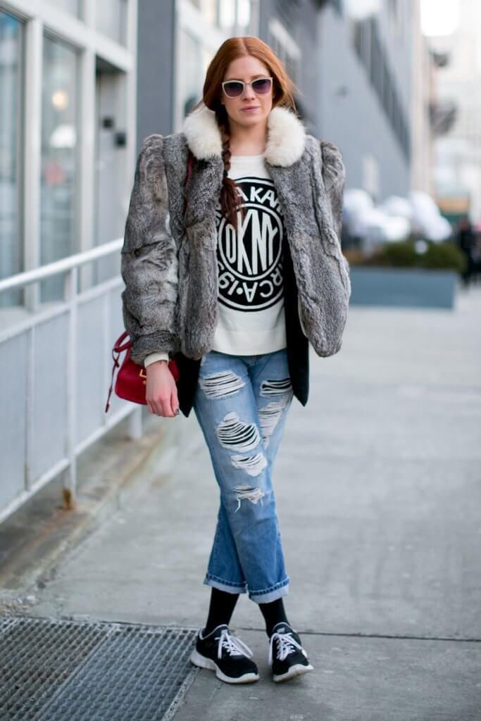 Укороченные рваные джинсы с теплой курткой
