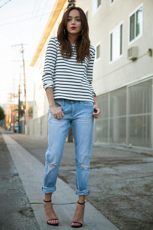Укороченные рваные джинсы с полосатой ковтой
